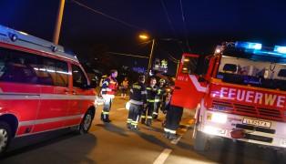 Auto kracht in Leonding gegen Betonmast des Oberleitungsbusses