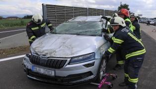 Auto bei Verkehrsunfall auf Westautobahn in Sattledt überschlagen