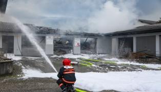 Garagengebäude eines Gewerbebetriebes in Riedau ausgebrannt