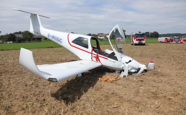 Notlandung eines Flugzeuges auf einem Feld in Laakirchen