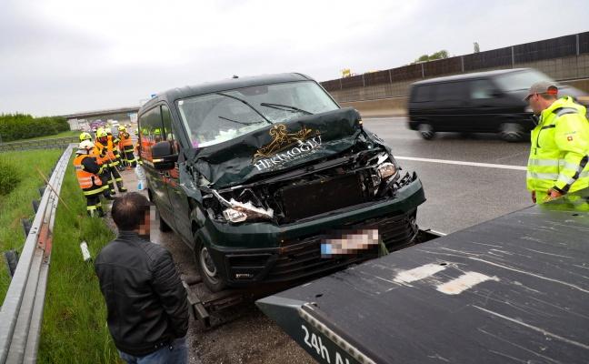 Auffahrunfall-zwischen-Kleintransporter-und-LKW-auf-Westautobahn-bei-Vorchdorf