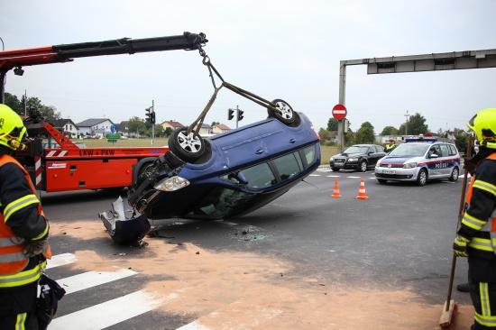 Fahrzeug bei Unfall im Kreuzungsbereich in Marchtrenk �berschlagen | Fotograf: Matthias Lauber