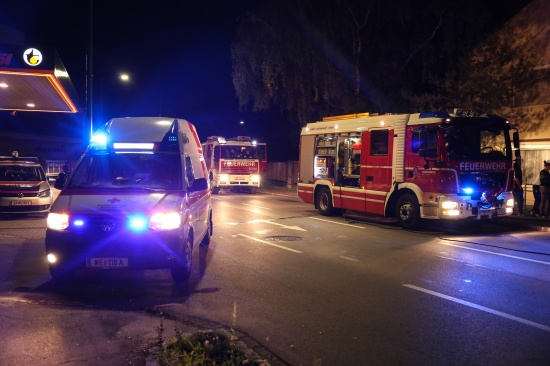 Feuerwehr bei Fahrzeugbrand in Wels-Pernau im Einsatz | Fotograf: Matthias Lauber