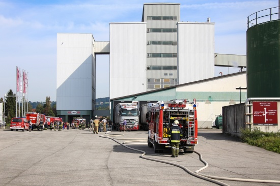 Sechs Feuerwehren bei Brand einer Filteranlage in Aschach an der Donau im Einsatz | Fotograf: Matthias Lauber