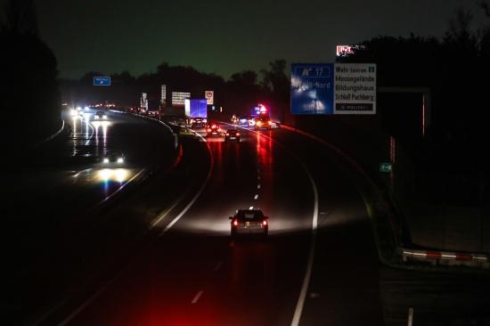 PKW-Brand auf der Welser Autobahn bereits vor dem Eintreffen der Feuerwehr abgel�scht | Fotograf: Matthias Lauber