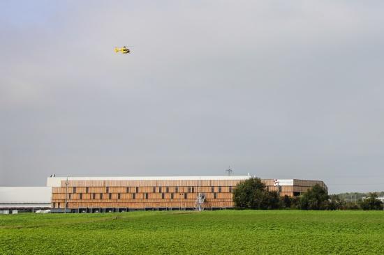 Rettungshubschraubereinsatz nach Arbeitsunfall in H�rsching | Fotograf: Matthias Lauber