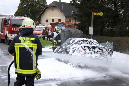Feuerwehr bei PKW-Brand auf der Innviertler Stra�e in Krenglbach im Einsatz | Fotograf: Matthias Lauber