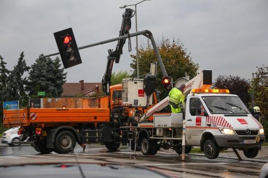 Verkehrslichtsignalanlage bei Verkehrsunfall in Wels-Neustadt besch�digt   Fotograf: Matthias Lauber