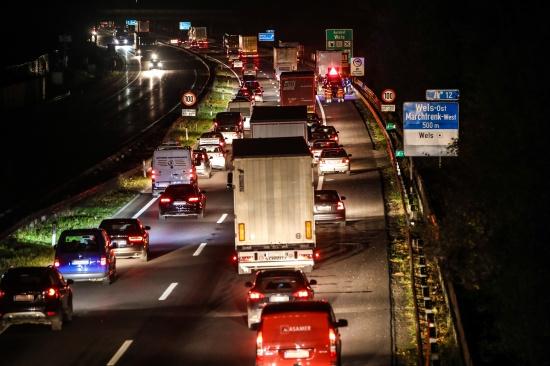Sperre und Stau der Welser Autobahn nach Verkehrsunfall im Abendverkehr | Fotograf: Matthias Lauber
