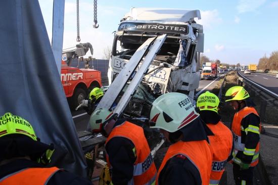 Schwerer LKW-Unfall auf der Welser Autobahn sorgt f�r umfangreichen Einsatz | Fotograf: Matthias Lauber