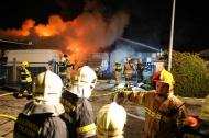 Gro�brand in einem Hallenkomplex in Traun forderte Alarmstufe 3 der Feuerwehr | Fotograf: Matthias Lauber