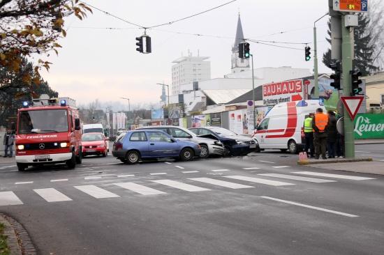Kreuzungscrash mit drei Fahrzeugen in Wels endet gl�cklicherweise glimpflich | Fotograf: Christian Sch�rrer