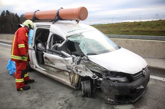 Verkehrsunfall zwischen LKW und PKW auf der Westautobahn bei Laakirchen endet glimpflich | Fotograf: Matthias Lauber