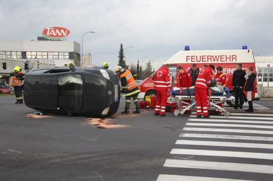 Fahrzeug bei Verkehrsunfall in Marchtrenk umgekippt - Lenker leicht verletzt | Fotograf: Matthias Lauber