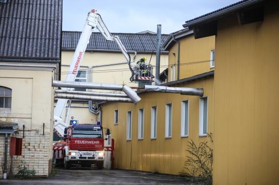 Feuerwehr bei Brand in aufgelassenem Firmengel�nde in Stadl-Paura im Einsatz | Fotograf: Matthias Lauber