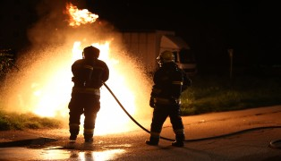 Einsatz der Feuerwehr beim Brand eines Papiercontainers