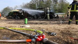Brand eines Traktors und einer Strohpresse in Meggenhofen