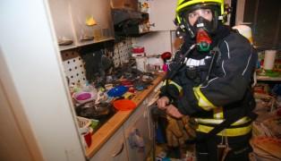 Einsatz der Feuerwehr bei K�chenbrand in verwahrloster Wohnung in Ansfelden