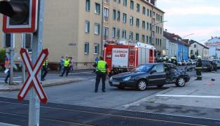 Auto auf Bahn�bergang von Regionalzug erfasst - Lenker unverletzt
