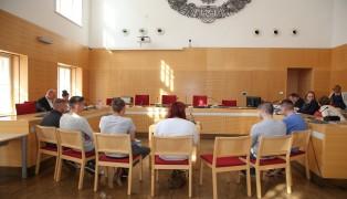 Sieben junge Beschuldigte stehen bei Prozess am Landesgericht Wels vor Gericht