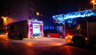 Feuerwehr bei Brandverdacht in Mehrparteienwohnhaus im Einsatz