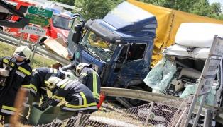 Schwerer Verkehrsunfall zwischen zwei LKW in Niederneukirchen