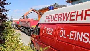 Feuerwehr nach Austritt von Hydraulik�l in Marchtrenk im Einsatz