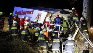 Lenker bei LKW-Unfall in Buchkirchen schwer im Fahrzeug eingeklemmt