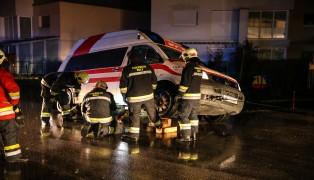 Rettungsfahrzeug von der Feuerwehr aus Mulde neben der Fahrbahn geborgen