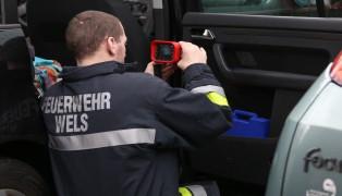 Feuerwehr bei Kleinbrand an einem PKW im Einsatz