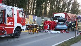 Schwerer Verkehrsunfall mit eingeklemmter Person in Aschach an der Donau