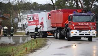 LKW eines Montageteams aus aufgeweichter Hauseinfahrt geborgen