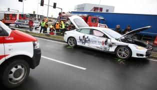Rotlicht missachtet: Schwerer Kreuzungscrash mit eingeklemmter Person