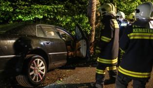 Fahrzeuglenker kracht in Kematen an der Krems mit Auto gegen Baum