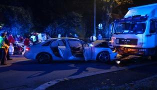 Auto kracht in Wels-Pernau frontal gegen einen abgestellten LKW