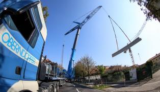 Spektakul�re Bauarbeiten mit Schwerlastkran in Wels-Innenstadt