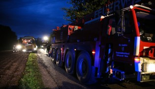 LKW landet nach Ausweichman�ver bei Unfall in Pollham im Acker