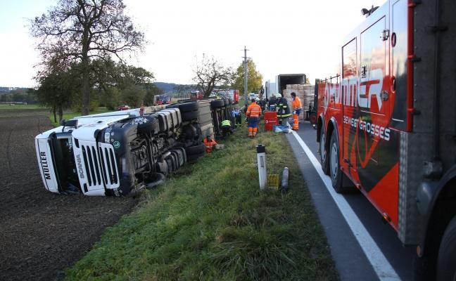 Vollbeladener LKW bei Verkehrsunfall auf der Wallerner Stra�e in Pichl bei Wels umgest�rzt