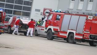 Personenrettung nach Arbeitsunfall in einer LKW-Werkstätte in Ansfelden