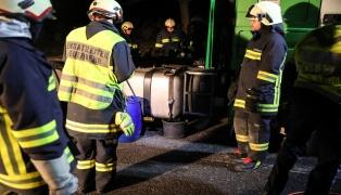 Einsatzkräfte bei größerem Dieselaustritt auf Autobahnparkplatz im Einsatz