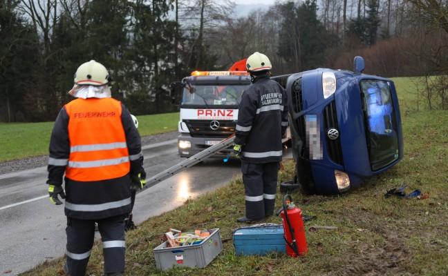 Auto kippt bei Verkehrsunfall in Waldneukirchen auf die Seite