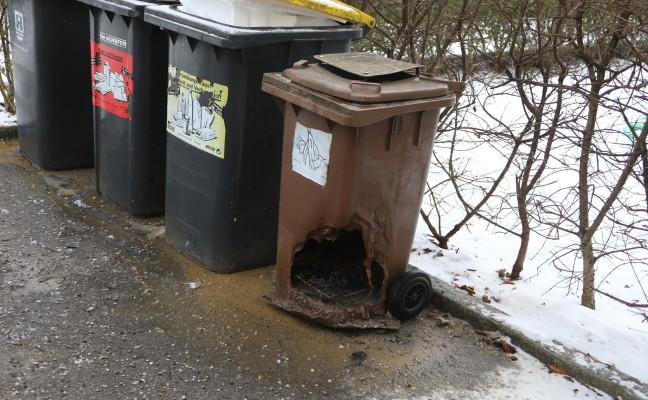Feuerwehr bei Brand einer Biotonne in Wels-Vogelweide im Einsatz