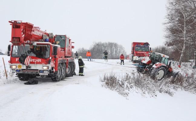 Traktor kam beim Schneeräumen in Sipbachzell von der Fahrbahn ab