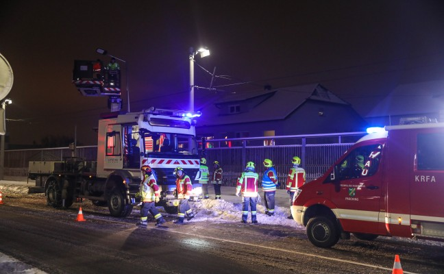 Oberleitung der Straßenbahn bei Unfall mit Fahrerflucht in Pasching beschädigt
