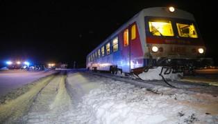 Auto auf Bahnübergang in Scharnstein von Triebwagen der Almtalbahn erfasst