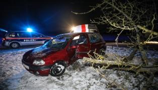 PKW-Lenker kracht bei Unfall auf der Bichlwimmer Straße in Gunskirchen gegen Baum