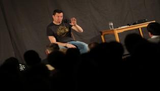 """Komiker Alex Kristan sorgte mit """"Jetlag für Anfänger"""" für unterhaltsamen Abend in Oftering"""
