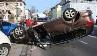 Auto überschlug sich bei Kreuzungscrash in Wels-Innenstadt und krachte gegen weiteres Fahrzeug