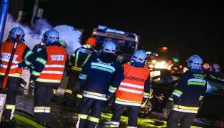 Auto nach Kreuzungscrash in Thalheim bei Wels in Flammen aufgegangen