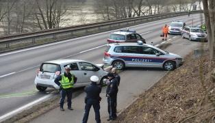 Verfolgungsjagd mit der Polizei endet auf der Rohrbacher Straße in Puchenau mit Crash